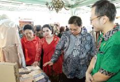 Menteri Perindustrian 2019 Airlangga Hartato dan Keluarga memuji produk lakumas