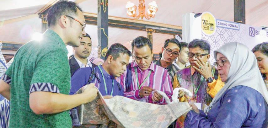 Permaisuri Malaysia Borong Kain Lakumas