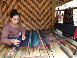 Saat ini, banyak kain tenun dibuat dari serat alami maupun serat sintetis. Seperti yang sudah diketahui, kain tenun jadi salah satu komoditas tekstil paling dicari. Nilai dan keistimewaannya sangat tinggi. Ada banyak sekali jenis tenun yang sangat terkenal hingga luar negeri. Tenun Sumba, Bali dan Toraja memiliki nilai tertinggi karena karakter istimewanya. Ketiganya memiliki corak khas yang melambangkan keharmonisan. Bukan hanya coraknya saja, tapi juga benang yang digunakan tidak sembarangan. Umumnya, mereka menggunakan serat dari alam seperti serat selulosa. Namun, sebenarnya masih banyak lagi jenis benang yang sering dipakai. Benang yang Sering Dipakai atau Digunakan Faktanya, sampai saat ini ada banyak sekali jenis benang maupun kain. Beberapa diantaranya merupakan bahan semi-sintetis dari gabungan 2 jenis benang. Berikut beberapa jenis kain yang sering dipakai. 1.Katun Cotton sebenarnya merupakan kain yang cukup banyak dijumpai. Selain itu, cotton juga memiliki banyak varian lain mulai dari jenis biasa, combed, dan sebagainya. Setiap jenis tentu memiliki perbedaan masing-masing. Misalnya adalah cotton combed yang merupakan jenis cotton biasa, tapi ada penyisiran pada bagian akhir. Hasilnya, serat-serat kapas pada permukaan dapat dihilangkan serta menjadikan cotton combed jadi lebih halus. Ada juga japanese cotton yang merupakan 100% dari bahan organik sekitar. Karena menggunakan bahan organik, teksturnya juga jauh lebih halus. Bahkan, tingkat penyerapan keringat juga sangat baik. Ada juga jenis toyobo dengan karakter tebal serta lebih glossy. Meski lebih tebal, tapi ketika digunakan tidak mudah gerah. Hal ini juga yang membuatnya banyak dipakai untuk membuat tenun. 2.Rayon Secara teknis, ini merupakan benang yang terbuat dari serat kayu atau serat selulosa. Namun, dengan adanya kombinasi menggunakan bahan lain membuatnya memiliki banyak jenis mulai dari spandex hingga jersey. Spandex sendiri umumnya memilki karakteristik warna cerah dan mampu lekuk badan. Di s